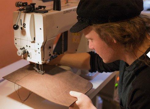 Výroba kabelek Eggo je čistá ruční práce podle prověřených postupů. Naše kožené doplňky Vás budou doprovázet po dlouhá léta. Vyrábíme také batohy z kůže, kožené pásky či peněženky.